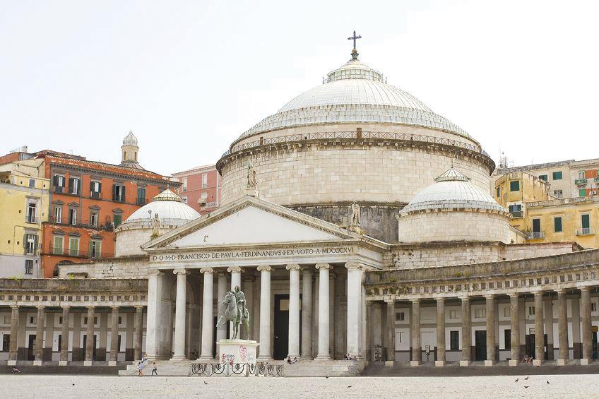 Naples-Piazza-del-Plebiscito-(©-123RF)