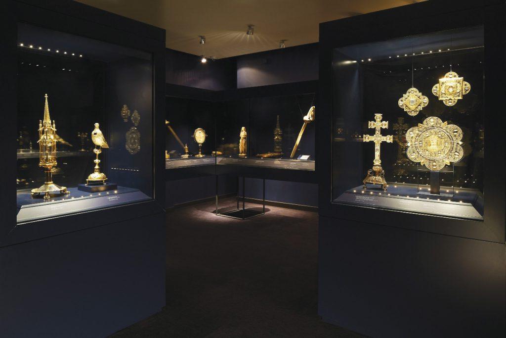 La salle du Trésor d'Oignies au Musée provincial des Arts anciens du Namurois