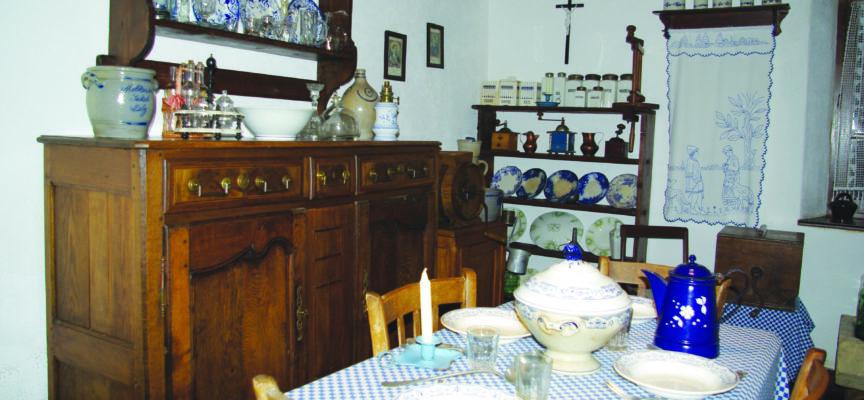 LA VIEILLE MAISON 1710 À GOMELANGE : Foyer authentique