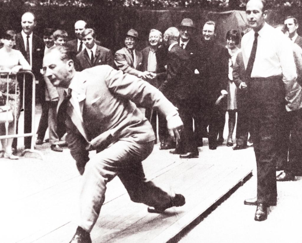 Raymond Mondon et Valéry Giscard d'Estaing à la kermesse de l'église Notre-Dame de Lourdes à Metz en 1966 © Collection particulière / DR